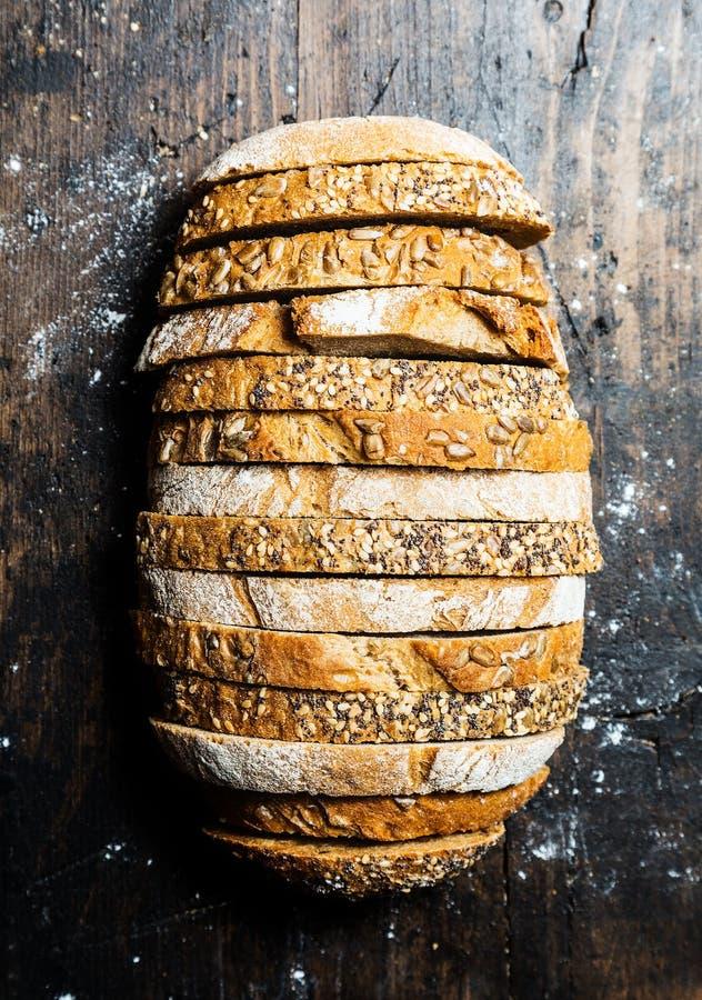 Bochenek robić up wholewheat i żyto chleb zdjęcie royalty free