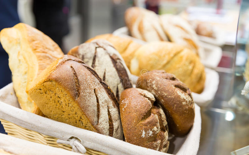 Bochenki chleb na półce fotografia royalty free