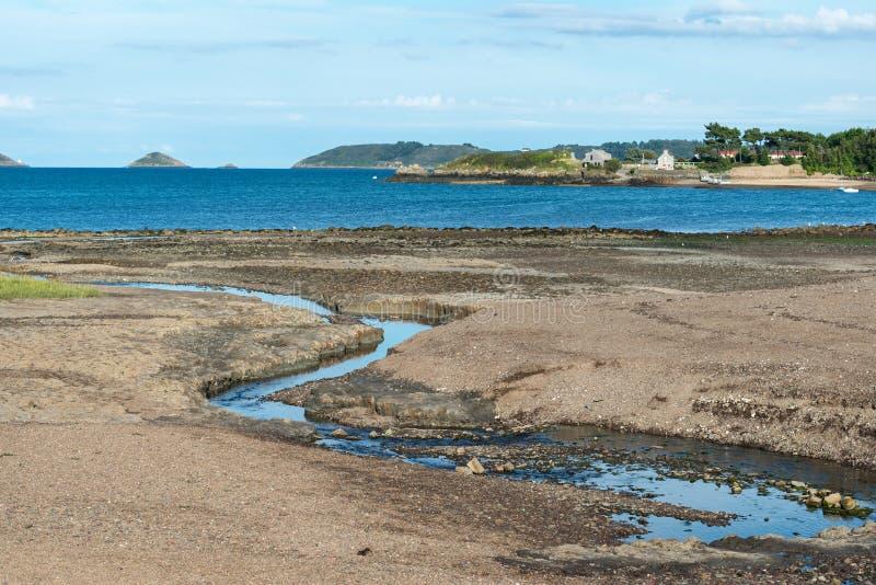Bocht van Beauport at low tide (Frankrijk) stock foto