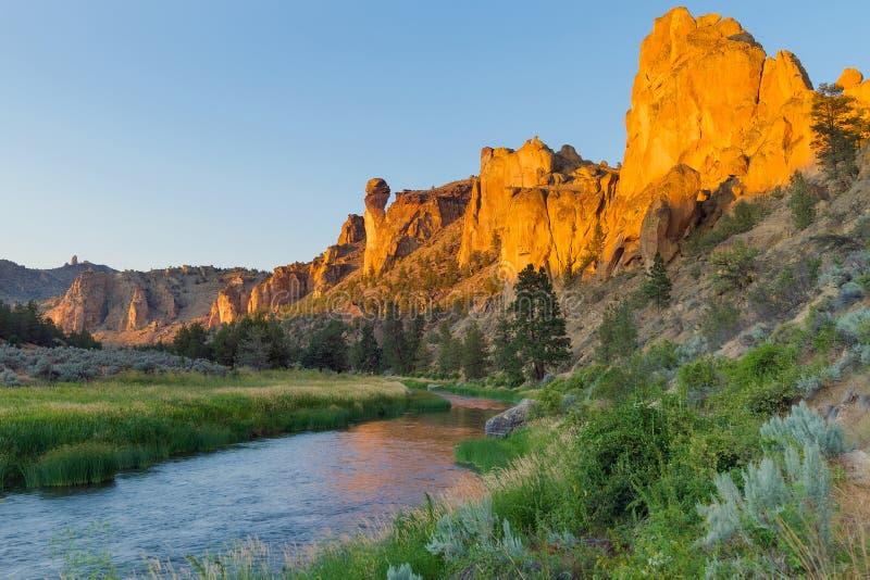 Bochtig Rivier en Aapgezicht in Smith Rock in Centraal Oregon royalty-vrije stock fotografie