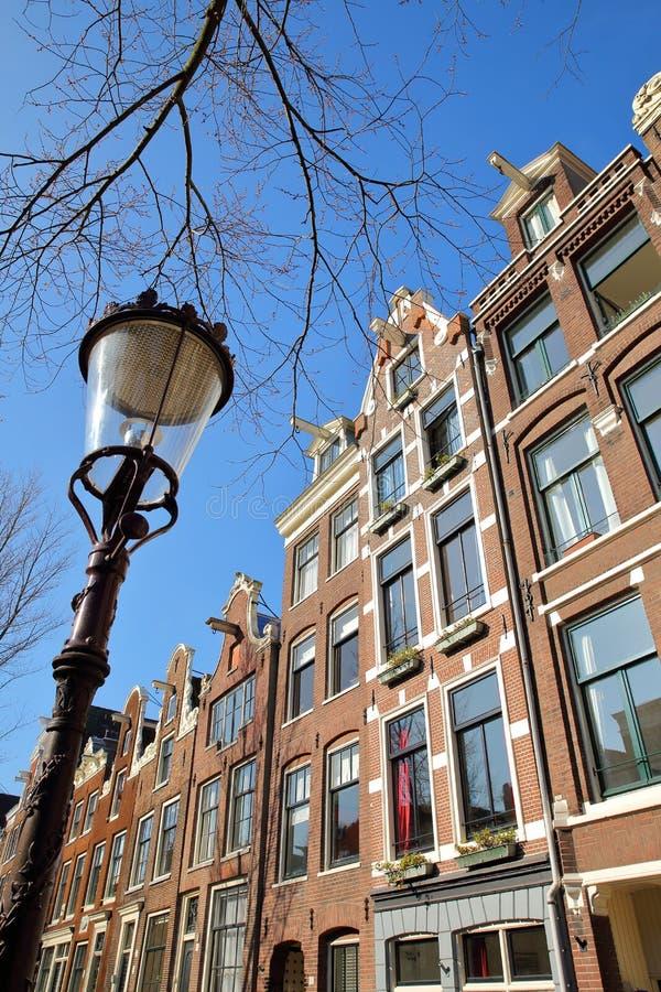 Bochtige en kleurrijke die erfenisgebouwen, langs Bloemgracht-Kanaal in Jordaan, Amsterdam worden gevestigd stock foto's