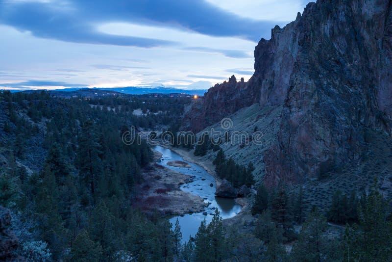 Bochtige rivier in Smith Rock-het park van de staat bij schemer stock fotografie