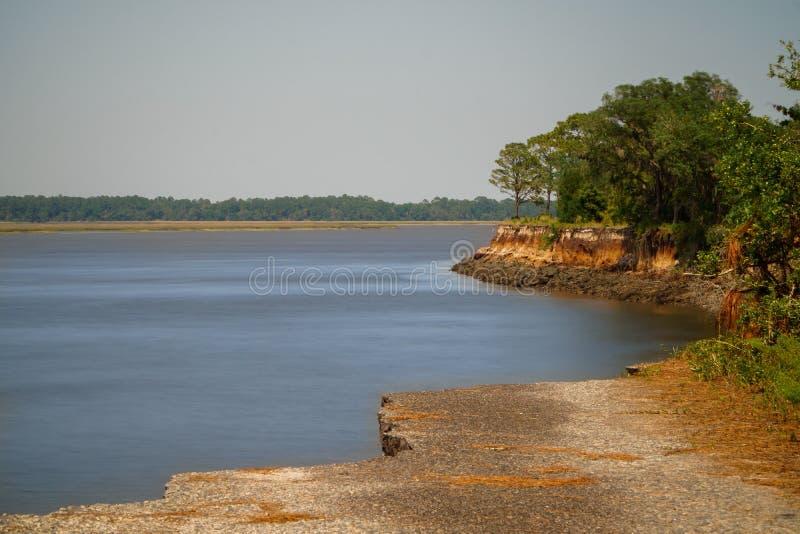 Bochtige Rivier zoals die van een geërodeerde klip wordt gezien stock afbeelding