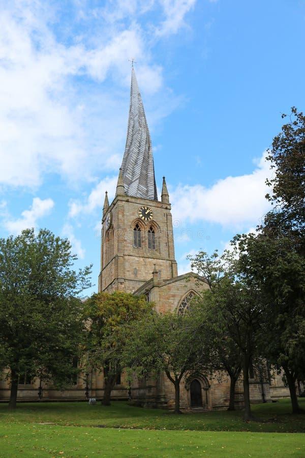 Bochtige spits bij St Mary en Al Heiligenkerk in Chesterfield royalty-vrije stock foto's