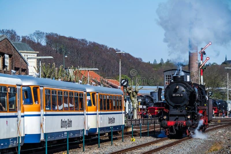 Bochum, Alemanha - 18 de abril de 2015: Trem do vapor que passa a estação em Dahlhausen imagens de stock