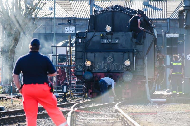 Bochum, Alemania - 18 de abril de 2015: Trabajador observando las actividades en la estación principal ferroviaria imagenes de archivo
