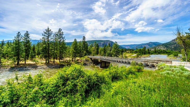 Bockbro över Nicola River, som den flödar längs huvudväg 8 royaltyfri fotografi
