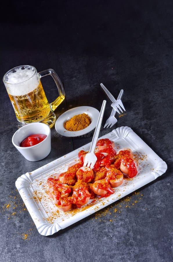 Bockwurst de cari avec de la bière images libres de droits