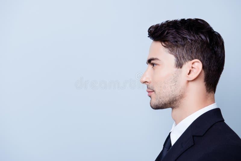 Boczna profilowa fotografia młody przystojny Brunete pośrednik handlu nieruchomościami z bris obraz royalty free