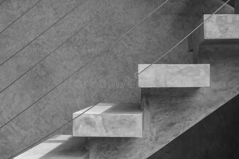 Bocznego widoku architektura beton lub nagi moździerzowy schody z stalowym drutem na zewnątrz przy budynkiem obraz royalty free