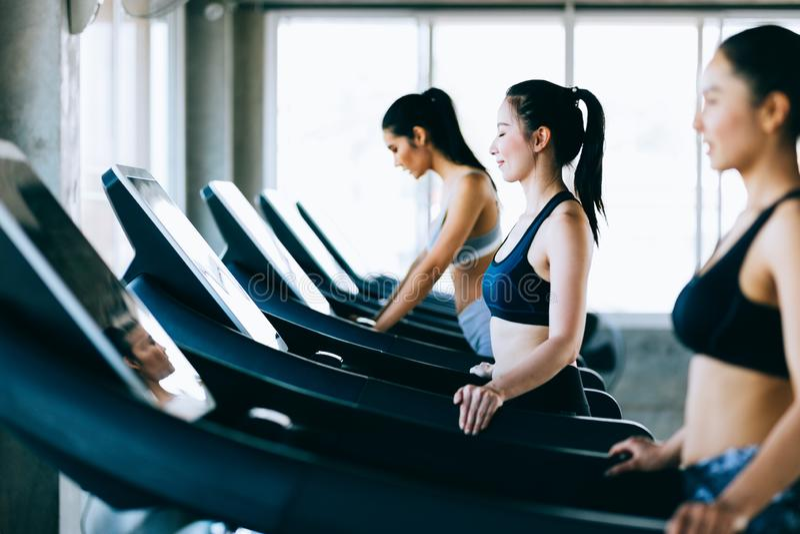 Bocznego widoku grupa zdrowe atrakcyjne sport kobiety na bieg śladzie Zdrowy, sporty, styl życia, sprawności fizycznej gym pojęci zdjęcie royalty free