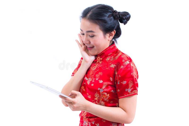 Bocznego widoku portret Pięknej Młodej azjatykciej kobiety odzieży chińczyka sukni tradycyjny cheongsam lub qipao używać nowożytn zdjęcia royalty free
