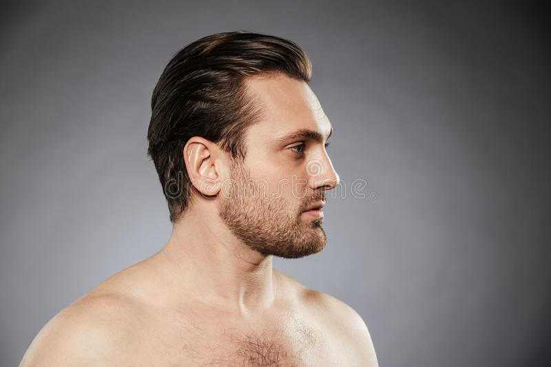 Bocznego widoku portret seksowny bez koszuli mężczyzna patrzeje daleko od obrazy royalty free