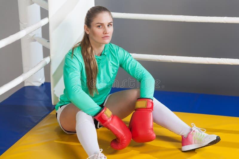 Bocznego widoku portret sportowa młoda kobieta z zbierającym włosy w zdjęcie stock
