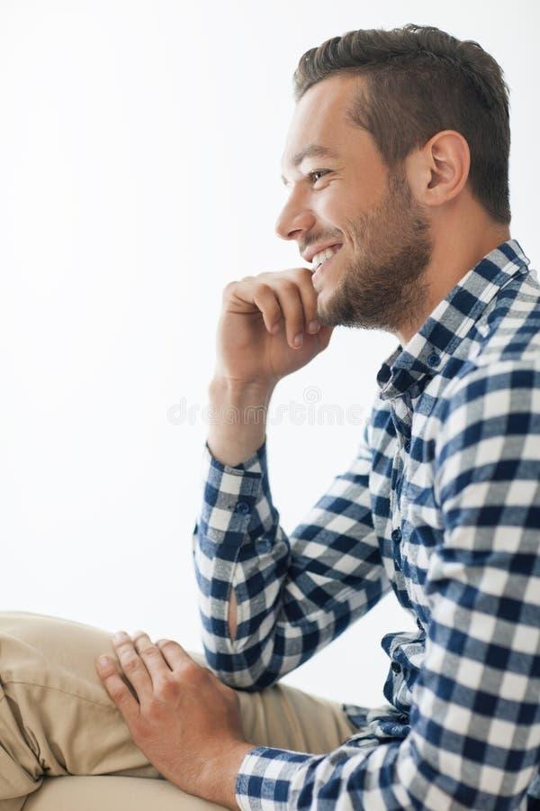 Bocznego widoku portret uśmiechnięty przystojny mężczyzna zdjęcia royalty free