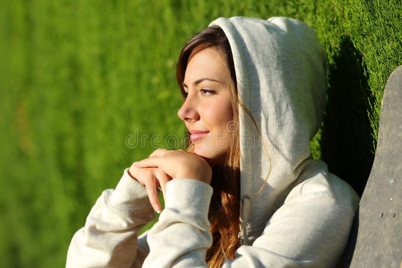 Bocznego widoku portret zadumany nastolatek łyżwiarki dziewczyny główkowanie fotografia royalty free