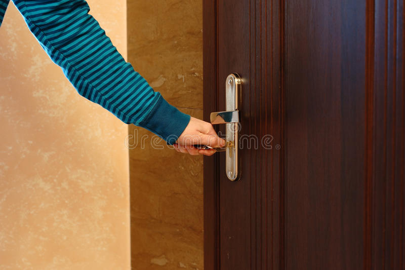 Bocznego widoku ręki żeński klucz wkładać w drzwiowym kędziorku obraz stock
