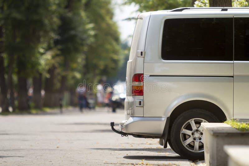 Bocznego widoku szczegół biały pasażerski średniego rozmiaru luksusowy minibus v obraz stock