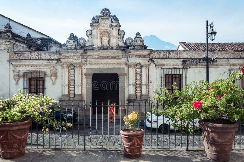 Bocznej ulicy fasada muzeum Kolonialne sztuki w Antigua fotografia stock