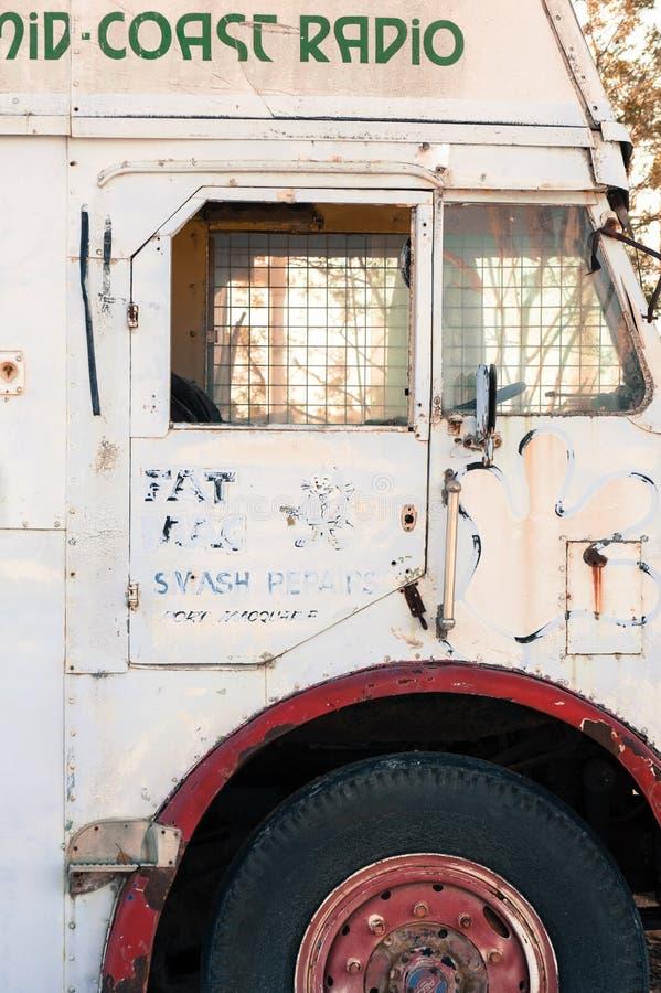 Boczny drzwi biały stary autobus fotografia royalty free