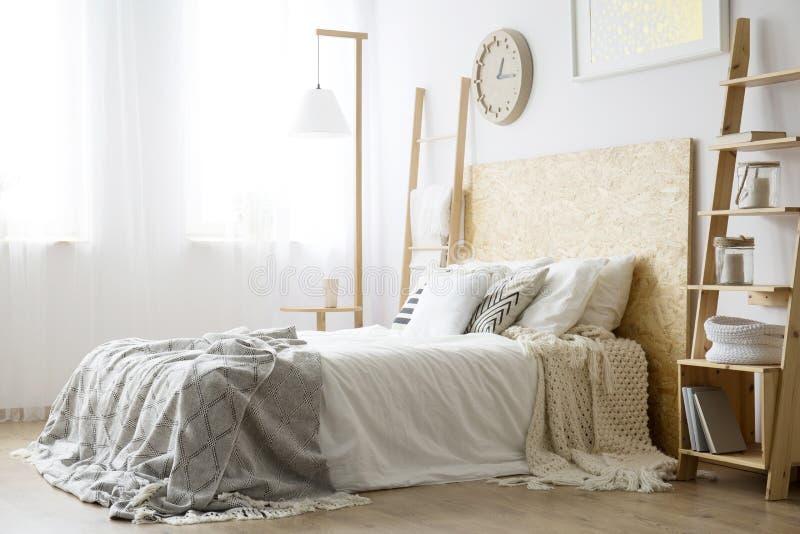 Boczny kąt biały łóżko fotografia stock
