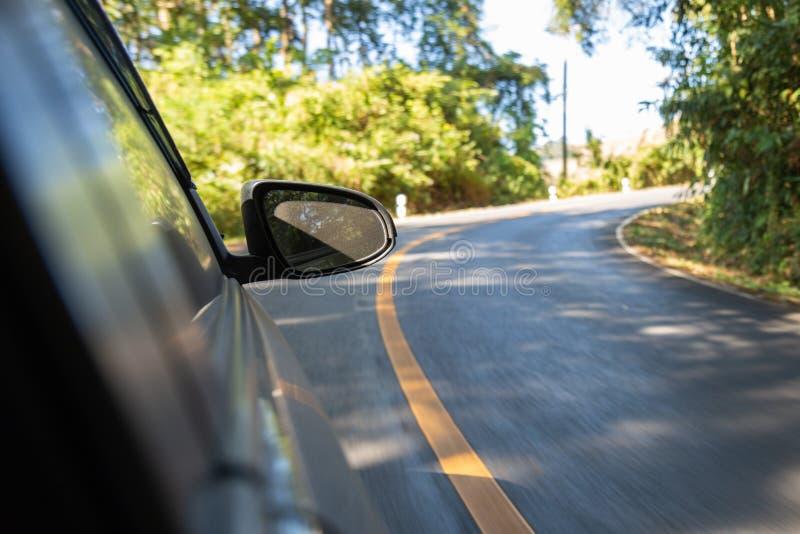 Boczny lustro samochód podczas gdy samochód biegał w krzywę góra zdjęcia stock