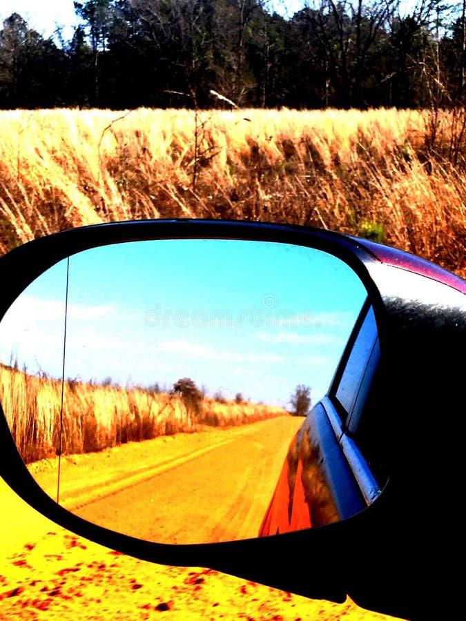 Boczny lustrzany droga gruntowa widok zdjęcie stock