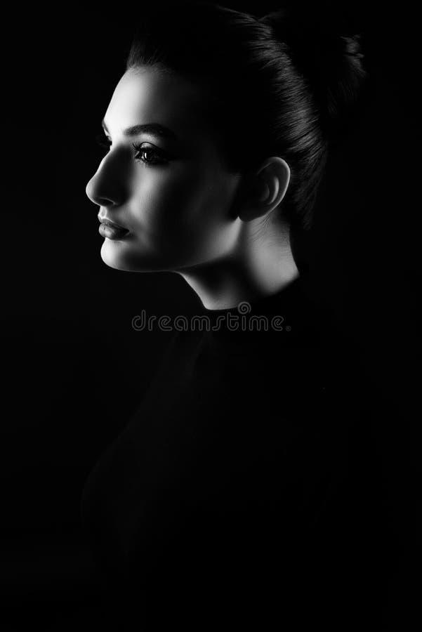 Boczny portret młoda piękna kobieta z jej włosy skrobał z powrotem zdjęcia stock