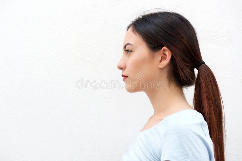 Boczny portret stoi samotnie przypadkowa młoda kobieta zdjęcie royalty free