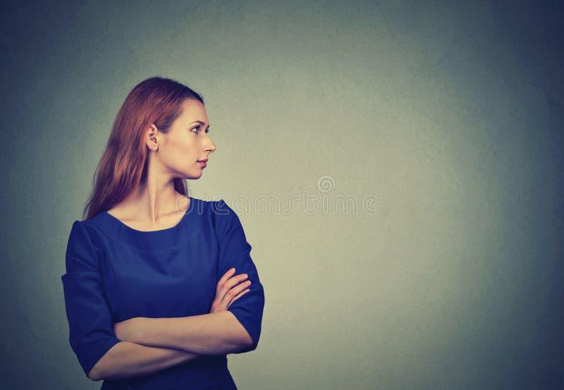 Boczny profilowy portret elegancko ubierająca młoda brunetki kobieta zdjęcie stock