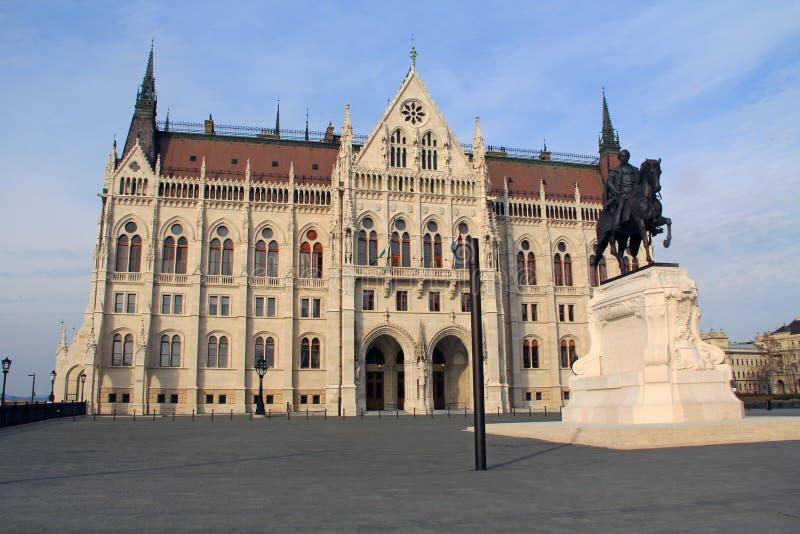 Boczny wejście Węgierski parlamentu budynek w Budapest, Węgry fotografia stock
