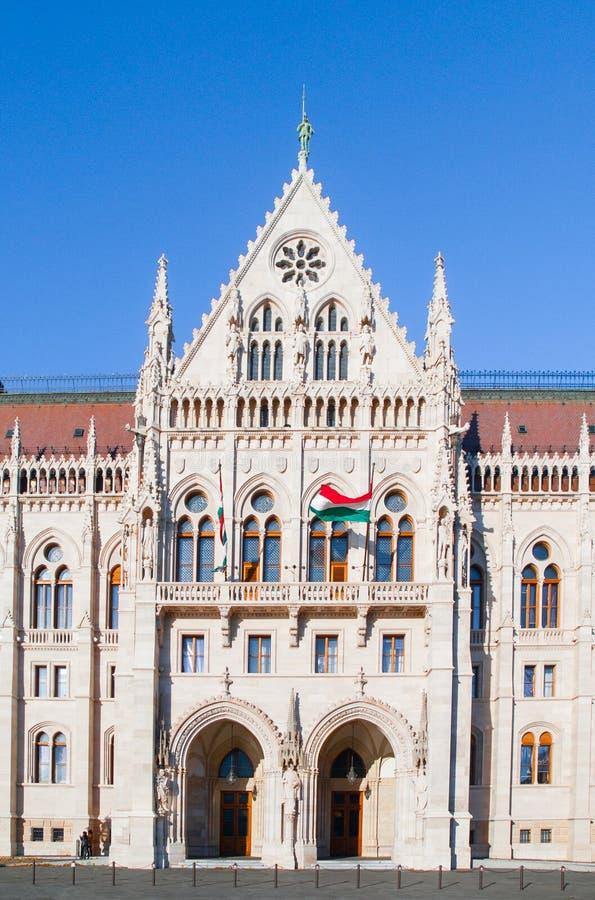 Boczny wejście Węgierski parlamentu budynek w Budapest, Węgry zdjęcie stock