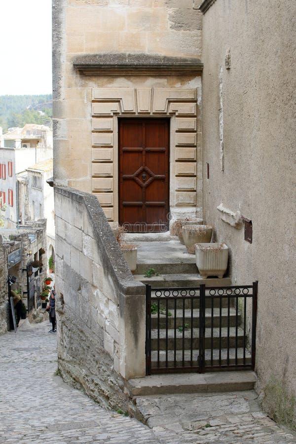 Boczny wejście z drewnianymi drzwiowymi i kamiennymi schodkami obrazy royalty free