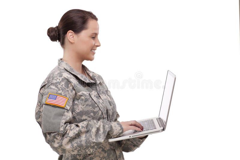 Boczny widok żeński żołnierz używa laptop zdjęcia stock