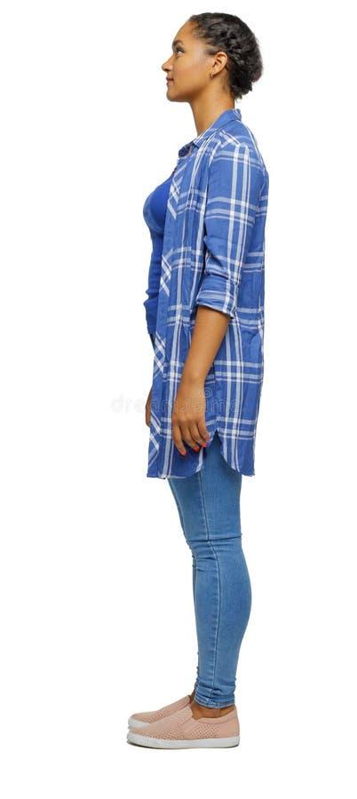 Boczny widok afroameryka?ska kobieta w koszula zdjęcia royalty free