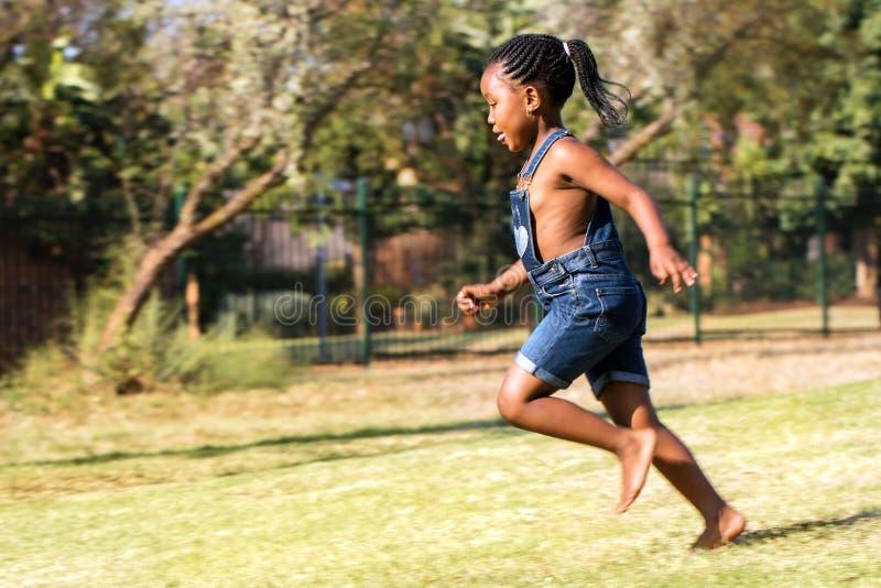 Boczny widok afrykański dzieciaka bieg w parku obraz royalty free