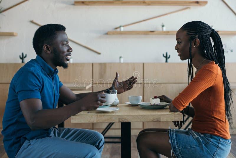 boczny widok amerykanin afrykańskiego pochodzenia para ma rozmowę podczas daty obrazy stock