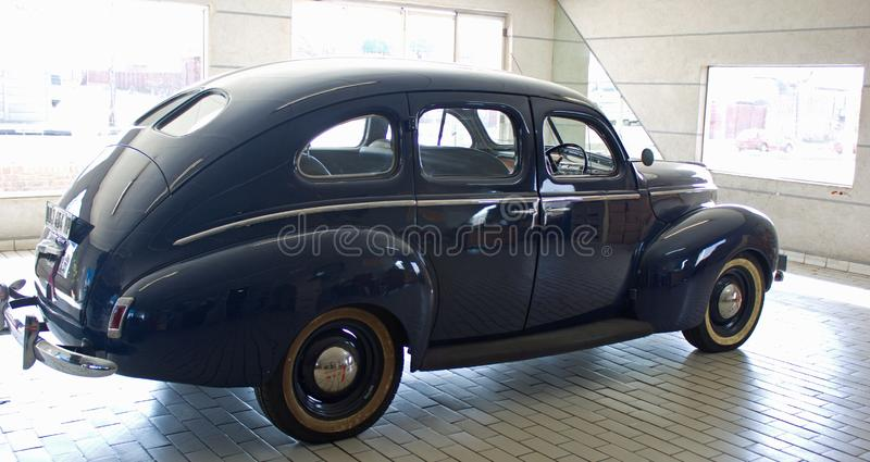 Boczny widok Błękitny barwiony Mercury samochód od 1940 fotografia stock