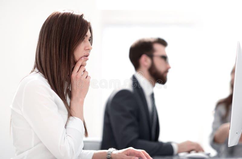Boczny widok biznesowy biurko jej siedząca kobieta zdjęcia royalty free