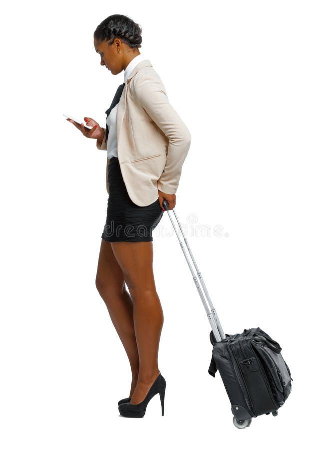 Boczny widok czarny afroamerykanin w formalnym ubiorze z walizk? z smartphone obrazy royalty free