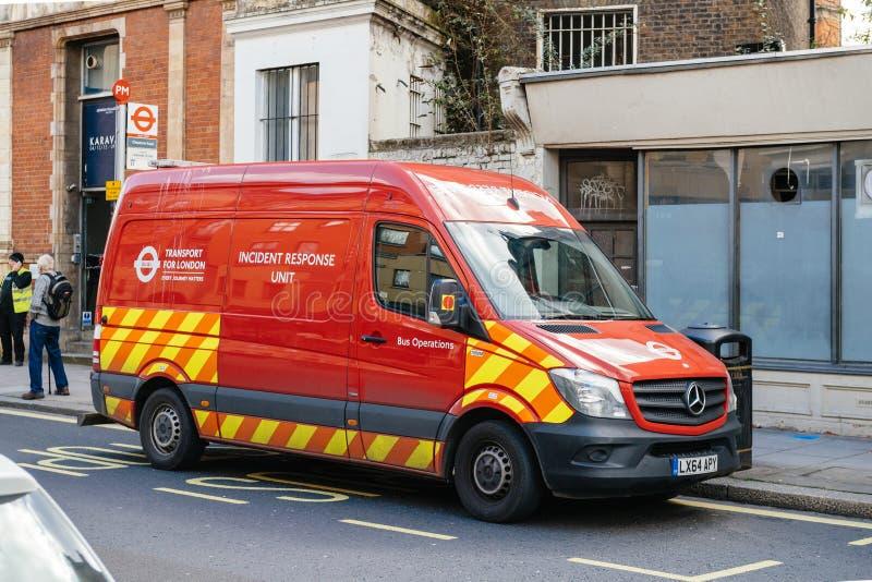 Boczny widok czerwony samochód dostawczy Londyn Odtransportowywa odpowiedzi jednostkę fotografia royalty free