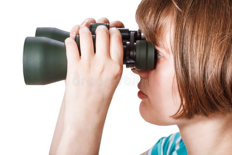 Boczny widok dziewczyn spojrzenia przez śródpolnych szkieł obrazy royalty free