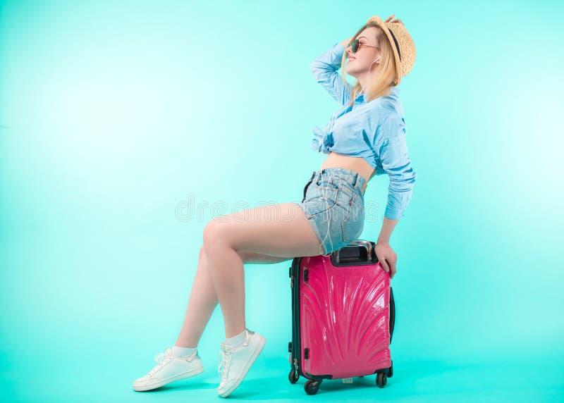 Boczny widok folował długość portret jedzie bagaż szczęśliwa kobieta fotografia stock