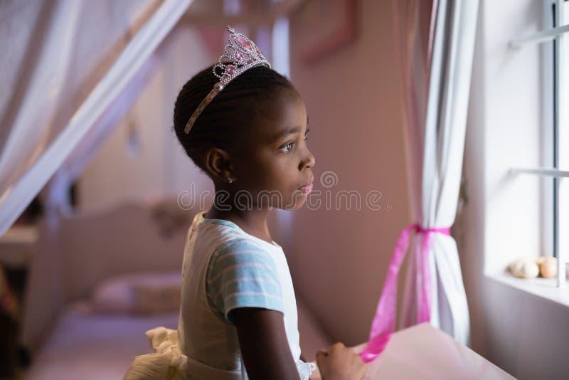 Boczny widok jest ubranym korony pozycję w sypialni rozważna dziewczyna zdjęcie stock