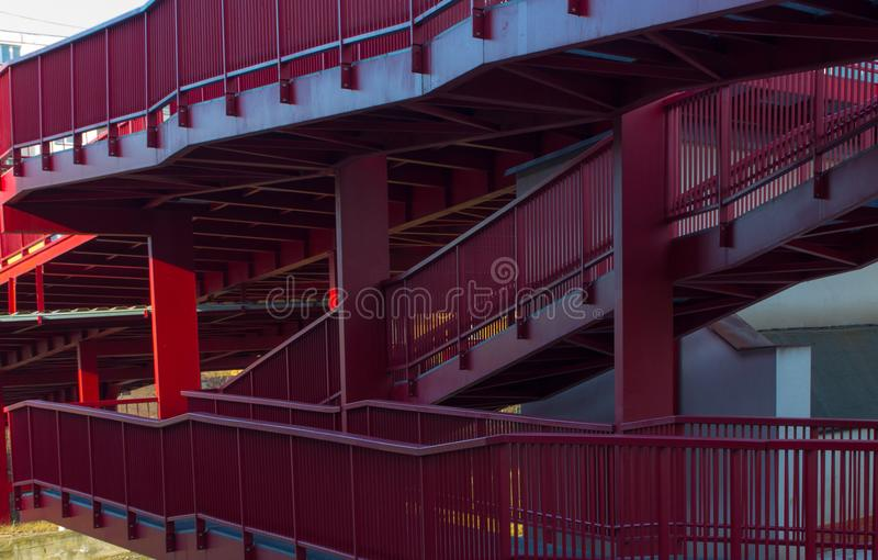 Boczny widok kruszcowy czerwień most obraz stock