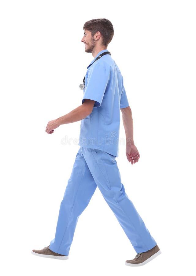 Boczny widok lekarz medycyny pewnie kroczy naprzód zdjęcie stock