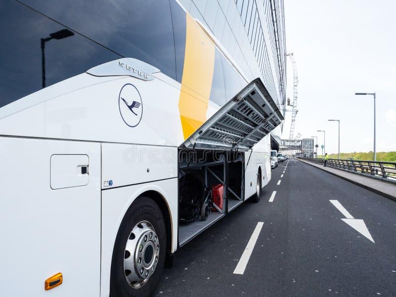 Boczny widok Lufthansa Setra Ekspresowego autobusu trener z otwartym bagażu drzwi obrazy royalty free