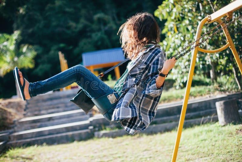 Boczny widok młoda szczęśliwa dziewczyna na huśtawce obrazy stock