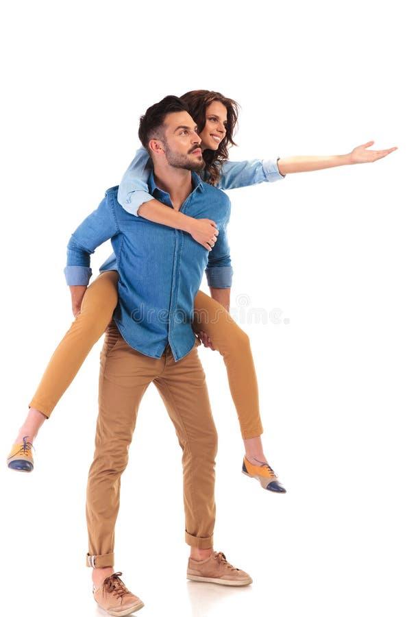 Boczny widok młody szczęśliwy przypadkowy pary przedstawiać obrazy royalty free