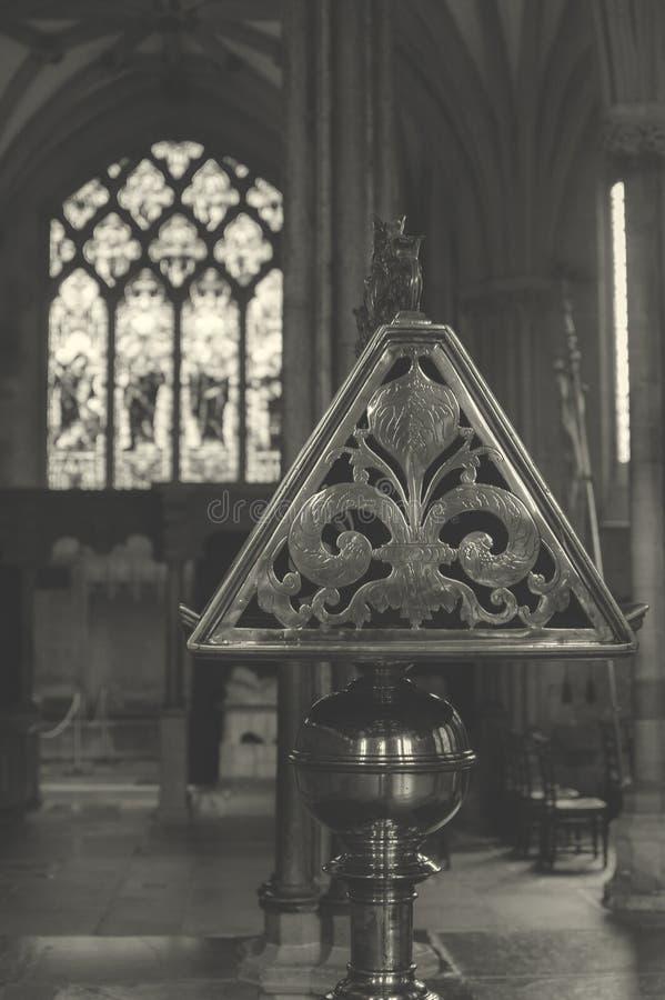 Boczny widok Mosiężny pulpit w studni katedrze BW zdjęcia royalty free
